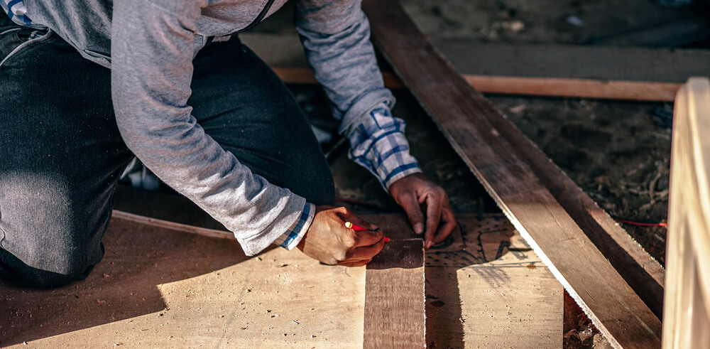 Carpenter leveling next cut